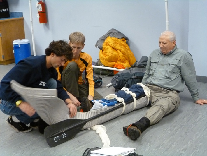 Using canoe or kayak paddles to improvise a leg splint